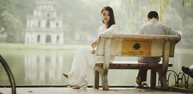 Paar sitzt nach der Trennung auf weißer Bank